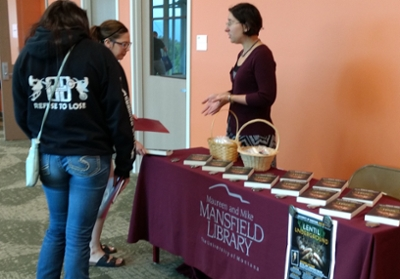 picture of librarian talking to new students at Mansfield Library booth
